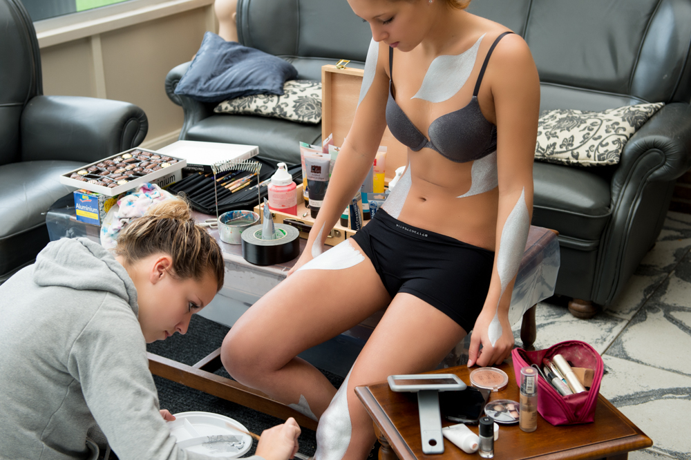 Creative-artist Lisa Burgers aan het werk, met model Manouk van Ooijen.